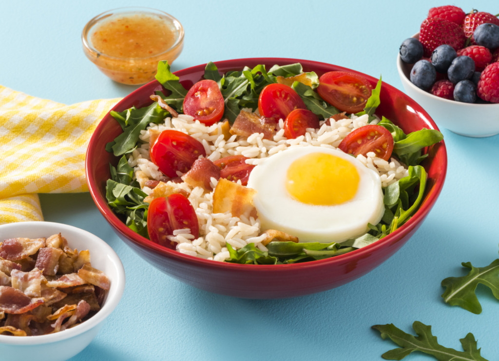 rice-salad-with-white-rice-bacon-egg-and-tomatoes